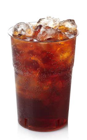 白い背景で隔離の氷でコーラのプラスチック ガラス