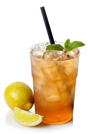 レモン氷のお茶が白い背景で隔離のプラスチック ガラス