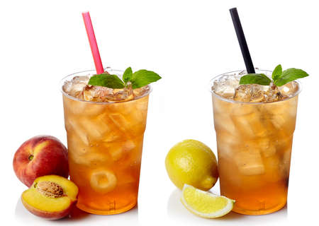 Two plastic glasses of ice tea Banque d'images