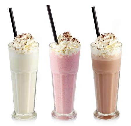 fondo chocolate: Tres vasos de diferentes batidos (chocolate, fresa y vainilla) aisladas sobre fondo blanco Foto de archivo