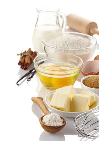 Ingrediënten voor het bakken van taart op een witte achtergrond
