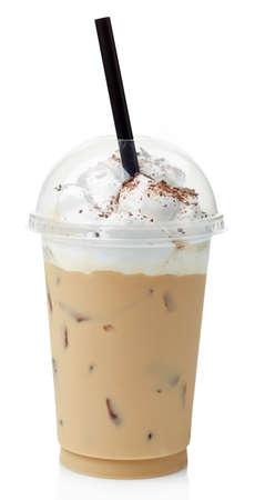 白い背景に分離されたプラスチック、ガラスに生クリームで覆われているアイス コーヒー