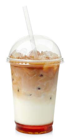白い背景に分離されたプラスチック、ガラスにキャラメル シロップとアイス コーヒー
