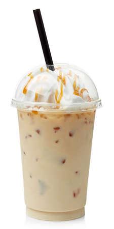 Iced caramel koffie bedekt met slagroom in plastic glas op een witte achtergrond