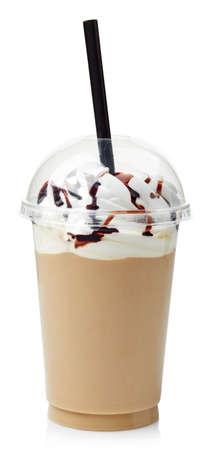 frappe de café recouvert de crème fouettée dans le verre en plastique isolé sur fond blanc