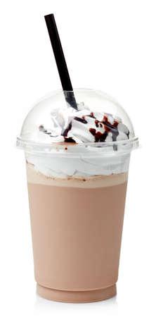 Chocolate milk-shake couvert avec de la crème fouettée en verre en plastique isolé sur fond blanc