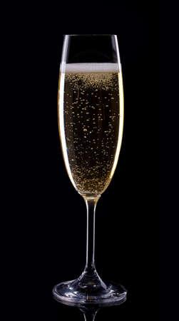 brindisi spumante: Vetro di champagne su sfondo nero