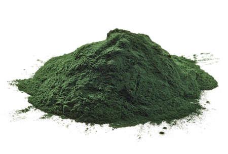 Stack de poudre d'algues spiruline isolé sur fond blanc