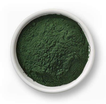 Bol blanc de poudre d'algues spiruline isolé sur fond blanc Banque d'images