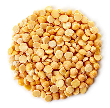Circle of yellow dry split peas isolated on white background Banco de Imagens