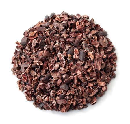 Cercle des éclats de fèves de cacao isolé sur fond blanc