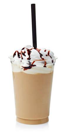 frappe de café recouvert de crème fouettée dans un verre en plastique isolé sur fond blanc
