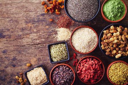 Kommen van verschillende superfoods op houten achtergrond