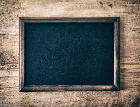 pizarra: Pizarra pizarra en blanco de la vendimia en fondo de madera Foto de archivo