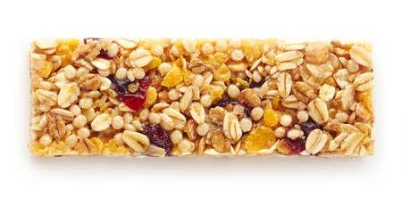 barra de cereal: barra de granola con las bayas aisladas en el fondo blanco Foto de archivo