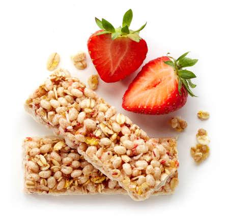 barra de cereal: Barra de Granola con frescos; fresas y chocolate blanco aisladas sobre fondo blanco