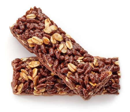 barra de cereal: Barra de granola con chocolate aislado en el fondo blanco