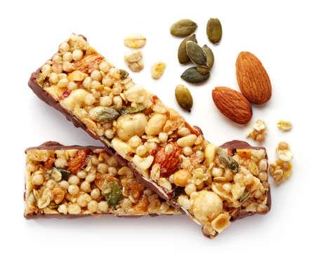 botanas: Barra de granola con el chocolate aislado en el fondo blanco Foto de archivo