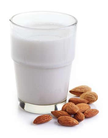 leche y derivados: Vaso de leche de almendras aisladas sobre fondo blanco