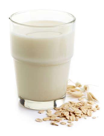 mleko: Szklanka mleka owsianego na białym tle Zdjęcie Seryjne