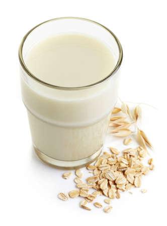 白い背景に分離したエンバク牛乳のガラス 写真素材
