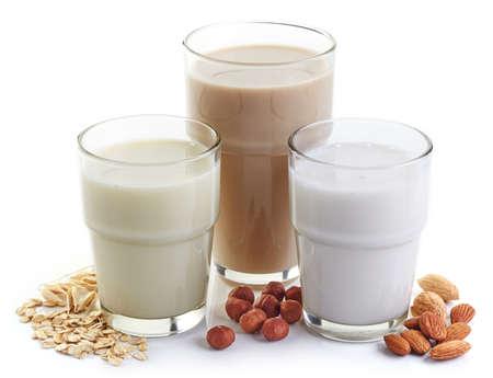 Diferente leche vegana: leche de almendras, leche de avellanas y leche de avena Foto de archivo