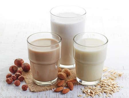 Verschillende veganistisch melk: amandelmelk, hazelnoot melk en haver melk Stockfoto