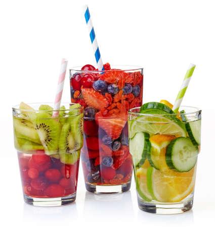 vasos de agua: Grupo de tres vasos de agua desintoxicación saludable aislado sobre fondo blanco