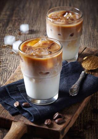 Deux verres de café glacé sur fond de bois
