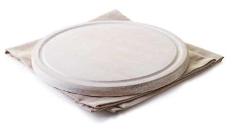 tablero: Servilleta de algodón beige bajo una tabla de cortar blanco aislado en fondo blanco