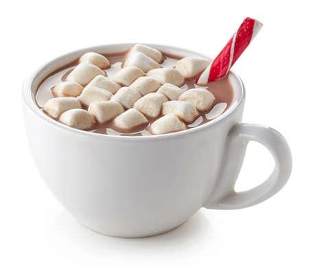is hot: Copa de cacao caliente con malvaviscos y palillo del caramelo aislado en el fondo blanco Foto de archivo