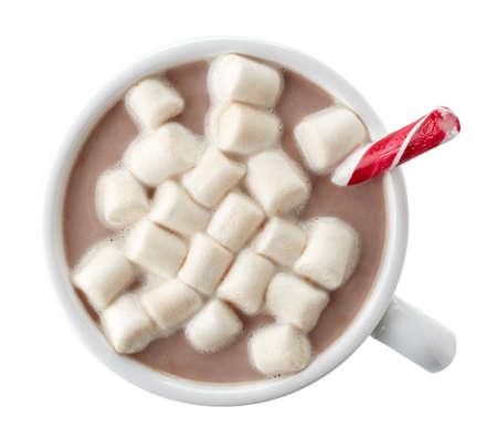 chocolate caliente: Copa de cacao caliente con malvaviscos y palillo del caramelo aislados sobre fondo blanco. Vista superior.