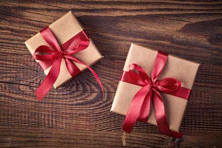 Deux boîtes à cadeaux sur fond en bois depuis la vue de dessus