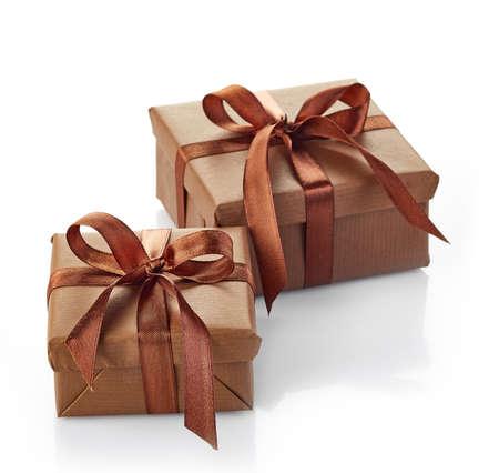 morenas: Dos cajas de regalo de color marrón aislados sobre fondo blanco