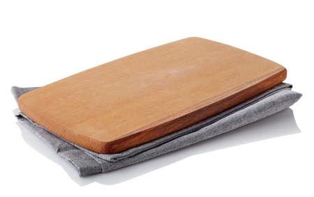 servilleta: tabla de cortar de madera marr�n en la servilleta de algod�n aisladas sobre fondo blanco. trazado de recorte