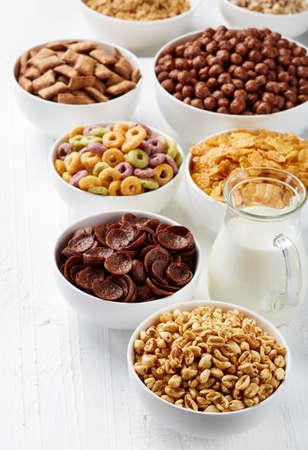 cereal: Cuencos de varios cereales y leche