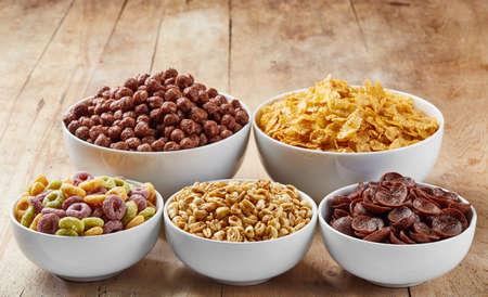 bucle: Cuencos de cereales Vaus en fondo de madera