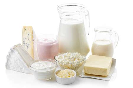 Vari prodotti lattiero-caseari freschi isolato su sfondo bianco