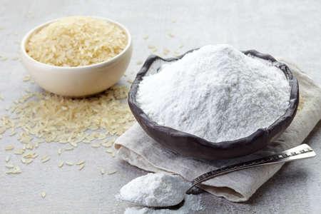 flour: Tazón de harina de arroz y plato de arroz Foto de archivo