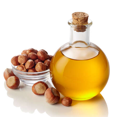 avellanas: Botella de aceite de avellana aislado en el fondo blanco