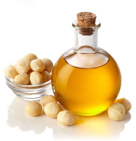 aceites: Botella de aceite de nuez de macadamia aisladas sobre fondo blanco