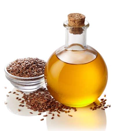 Bouteille d'huile de lin isolé sur fond blanc