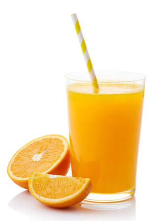 白い背景に分離された新鮮なオレンジ ジュースのガラス