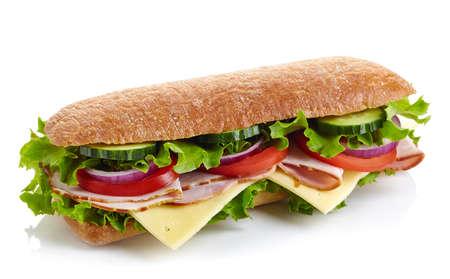 Sándwich submarino fresco con jamón, queso, tomate, pepino, lechuga y cebolla aislados sobre fondo blanco Foto de archivo - 64088029