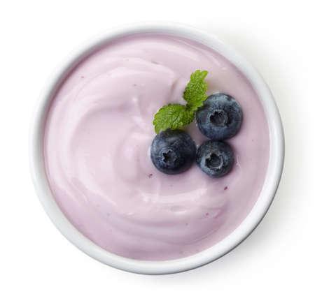 Kom van Blueberry Yoghurt geïsoleerd op witte achtergrond vanuit bovenaanzicht Stockfoto