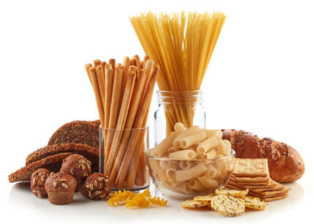 Glutenvrij eten. Diverse pasta, brood en snacks geïsoleerd op een witte achtergrond. Stockfoto