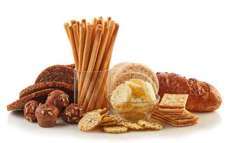 Glutenvrij voedsel. Diverse snacks en brood geïsoleerd op een witte achtergrond.
