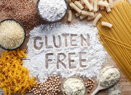 글루텐이 들어 있지 않은 음식. 다양 한 파스타와 가루 (쌀, buckwheat, 옥수수, chickpeas) 상위 뷰에서 나무 배경에. 스톡 콘텐츠