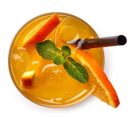 Glas oranje frisdrankdrankje geïsoleerd op een witte achtergrond. Van bovenaanzicht Stockfoto