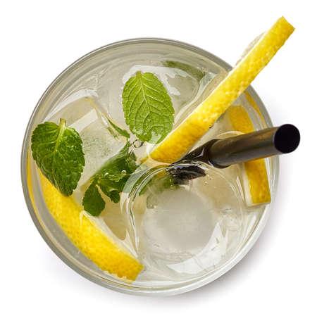 Glas des Sodagetränks mit den Zitronenscheiben und -minze lokalisiert auf weißem Hintergrund. Von oben gesehen Standard-Bild